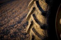 Po traktorski nesreči ogroženo življenje 32-letnika