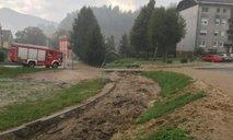 Meteorne vode povzročale številne nevšečnosti, v Črni na Koroškem na cesti zaradi plazu ostalo ujetih več ljudi