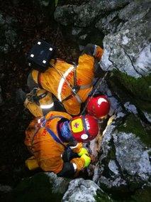 Po naporni in dolgi akciji iz jame izvlekli poškodovanega jamarja