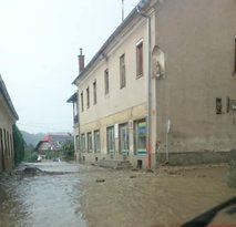 Na Muti iz ogrožene hiše izselili družini, v Vuzenici zalilo prenovljen vrtec