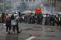 V Hongkongu znova spopadi med protestniki in policijo