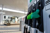 Kljub zvišanju trošarin cena bencina in dizla evro na liter