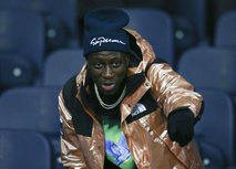 Tako se je znani nogometaš obnašal do brezdomca