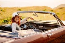 Nina Pušlar v klasičnem kabrioletu napoveduje nov album