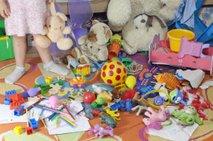 Kupi dragih igrač, otrok pa se igra s škatlo