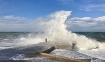 Zaradi močnih nalivov in vetra izdano oranžno in rumeno opozorilo, na hrvaški obali celo rdeče