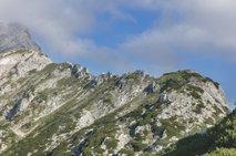 Planinki se je uspelo ustaviti s cepinom, planinec zdrsnil v smrt