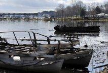 Obsežen požar marine v Alabami: najmanj osem mrtvih, ogenj uničil 35 plovil