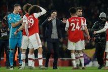 Arsenal z igralcem manj do točke na Stamford Bridgeu, Aguero junak Cityja