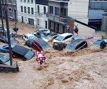 Voda odnašala vozila in poplavila več objektov