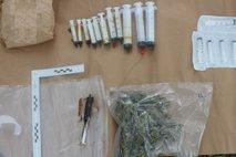 Policisti 'obiskali' 45-letnika in zasegli konopljo ter brizgalke z drogo