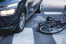 Zapeljal na traso triatlonske tekme, v vozilo nato trčili štirje kolesarji