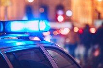 Vozil brez veljavne vozniške, med obravnavo policista ugriznil v roko