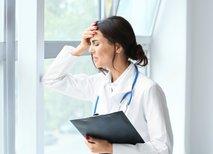 Zdravnica morala delati kljub spontanemu splavu, ki se ji je zgodil med službo