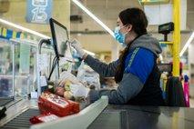PRENOS V ŽIVO: Zadnja ura nakupovanja le še za upokojence, invalide in nosečnice