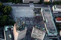 Na protestih zbrali okoli 1.300 podpisov za odstop vlade