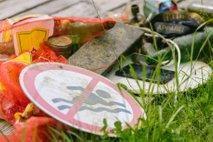 Iz Blejskega jezera potegnili pol tone odpadkov: straniščne školjke, mobilni telefoni, prometni znaki ...