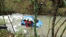 Avto zdrsnil v deroči potok, mimoidoči iz njega rešili dve osebi