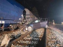 Pri Sevnici trčila vlak in avtomobil, dve osebi poškodovani