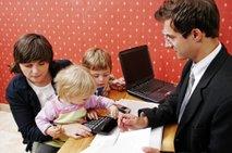Velike družine večinoma res težko dobijo kredit, čeprav 'ne životarijo'