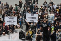 V Latviji zaustavljajo javno življenje, v Genovi razgnali protestnike