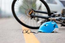 V prometni nesreči poškodovan kolesar, drugi odpeljal s kraja nesreče