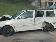 V trčenju z osebnim vozilom umrla dva motorista