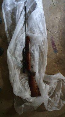 55-letnik svoji partnerki z orožjem grozil s smrtjo