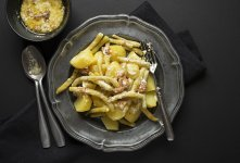 Stročji fižol s krompirjem, ocvirki in smetano
