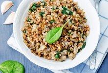 Ajdova rižota z gobami in špinačo