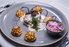 Goveji steak v smetanovi omaki s tartufi, pommes duchesse, zeljna solata