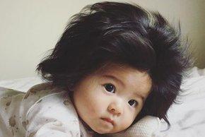 Se spomnite deklice z bujno frizuro? Danes je stara 18 mesecev