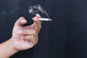 Eno leto po prenehanju kajenja se človekovo tveganje za koronarno srčno bolezen ...