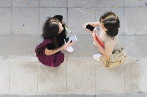 V mestu prepovedali uporabo telefona med hojo
