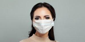Razkrivamo, kako se naličiti ob nošenju maske