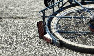 Kolesar huje poškodovan, voznik pobegnil