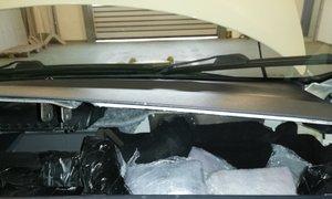61-letnik pod armaturno ploščo tihotapil 5,5 kilograma heroina
