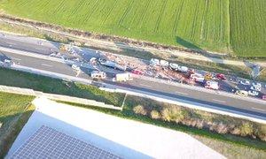 Posnetek drona nesreče na štajerski avtocesti, v kateri je bilo poškodovanih ...