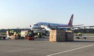 PRENOS V ŽIVO: Na Brniku pristalo letalo z nujno medicinsko opremo