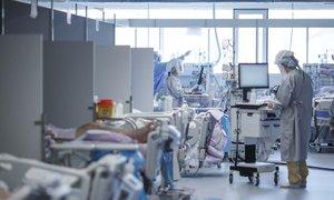 ZZZS: Cene zdravljenja covidnih bolnikov za do 50 odstotkov previsoke