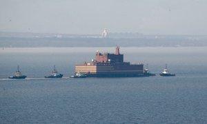 Potovanje po Arktiki začenja ruska plavajoča jedrska elektrarna