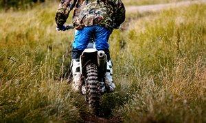 Zaradi vožnje z motornimi kolesi spor med mladoletnikom in lastnikom zemljišča
