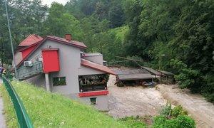 Na vzhodu države znova neurja: poplavljalo ceste in objekte