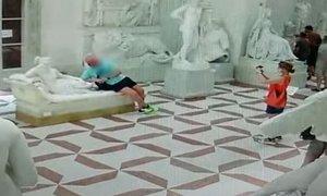 Avstrijec med poziranjem v muzeju kipu odlomil nožne prste