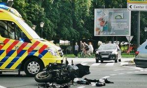 Nesreča na Celovški cesti v Ljubljani: motorist huje poškodovan