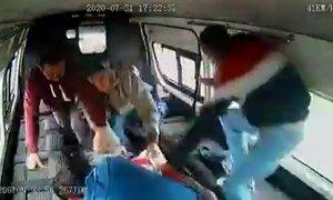 V Mehiki so se potniki uprli ter pretepli in slekli napadalca