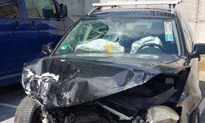 V trčenju osebnega in policijskega vozila poškodovana dva policista