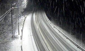 Previdno v prometu: zaradi snega so ceste mokre in spolzke
