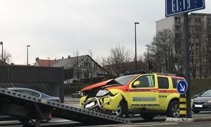 Reševalka na nujni vožnji peljala skozi rdečo luč in trčila v drugega voznika