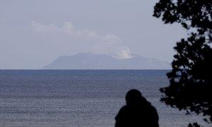 Zaradi nevarnih razmer reševalci še vedno ne morejo na otok, osem ljudi je ...
